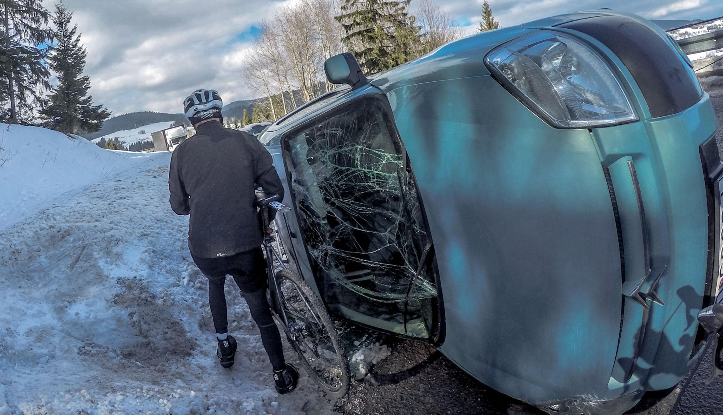 samochód rower wypadek