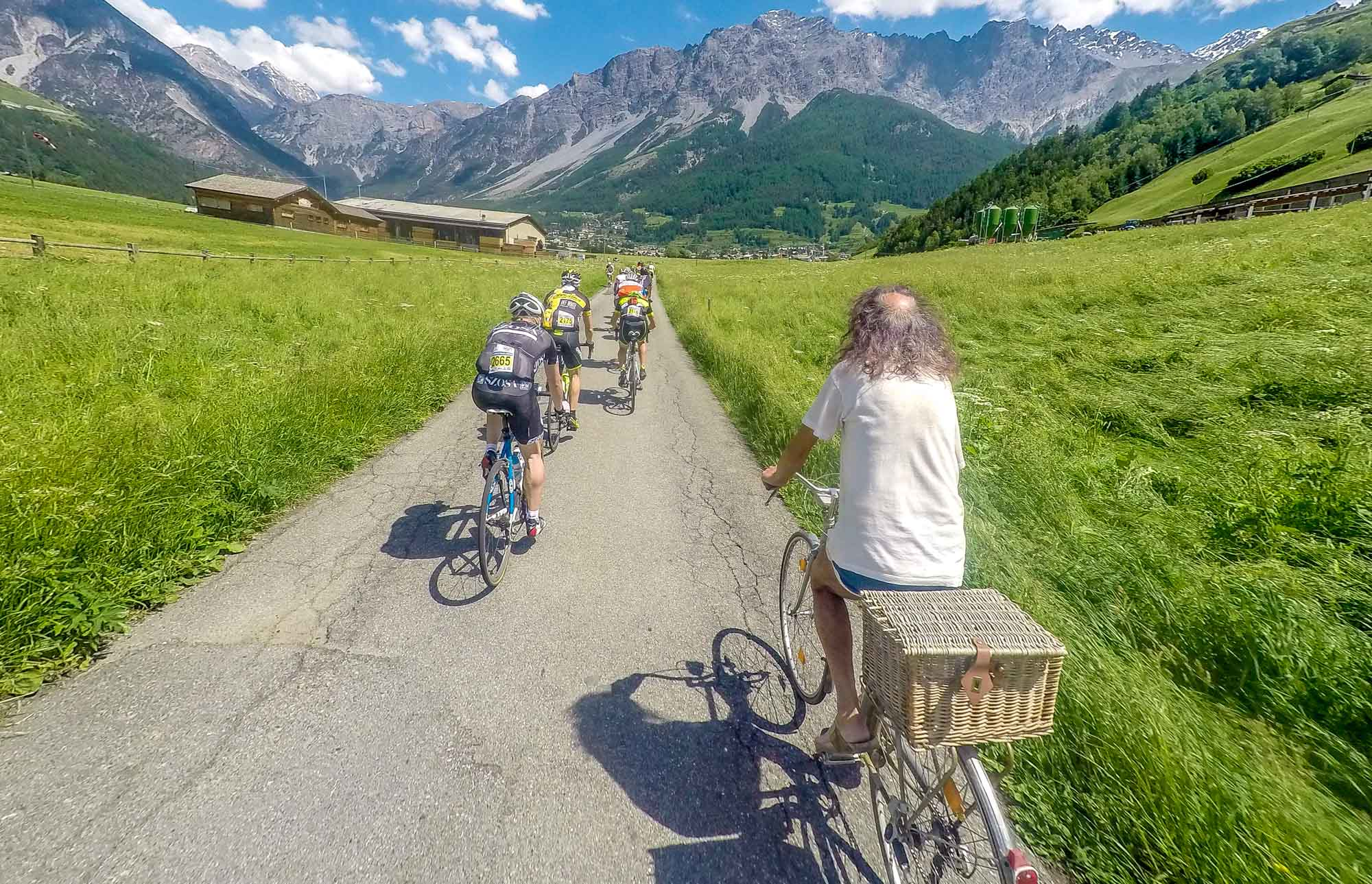 łysy koleś na rowerze
